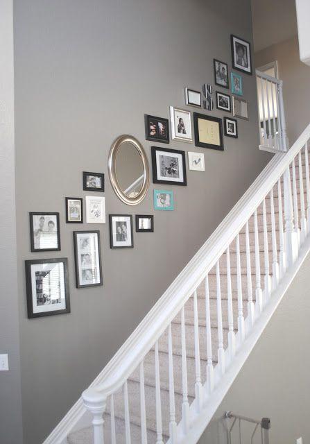 Fotolijstjes langs de muur bij de trap
