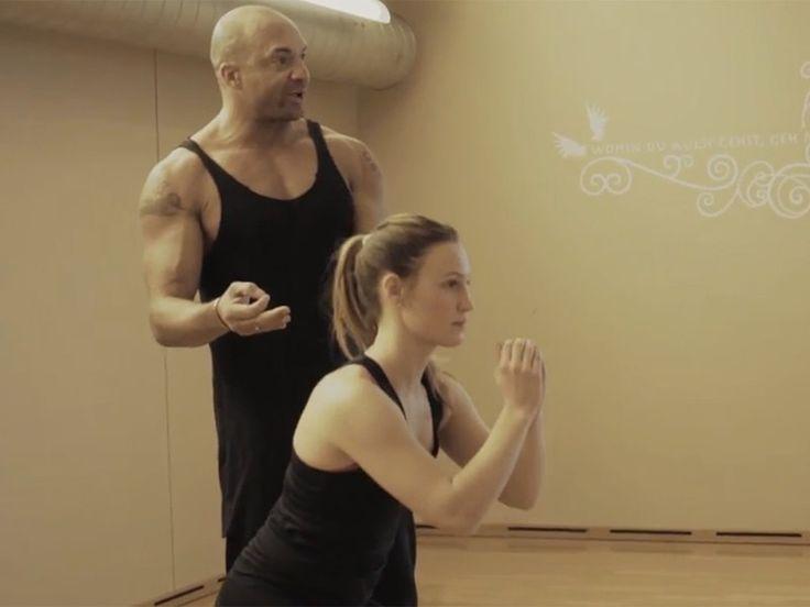 Detlef Soost zeigt Jana eine der Tabata-Übungen