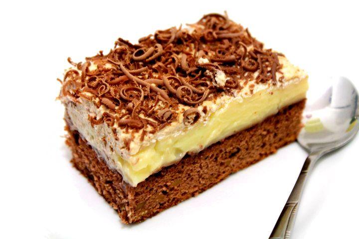 Prajitura cu nuci si ness Santicler, o prajitura cu crema de vanilie si frisca cu blat pufos facut din oua si nuci coapte cu cioclata rasa pe deasupra.