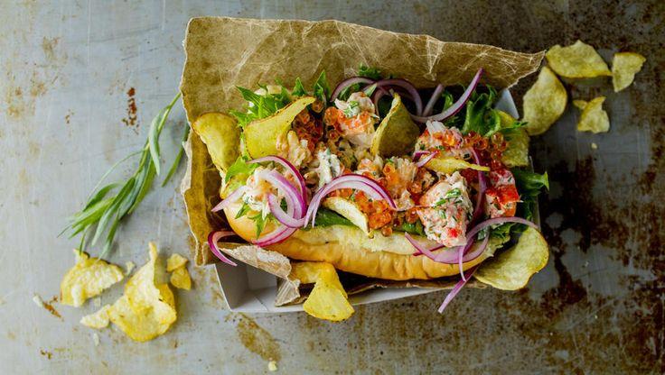 Lobsterroll er en hummersandwich. Med potetgull. Og smørdynkede pølsebrød. Det…