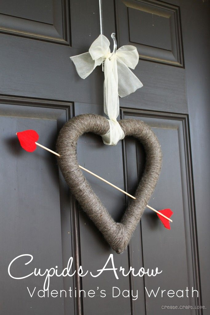 Cupids Arrow Valentines Day Wreath at createcraftlove.com #valentinesday #wreath