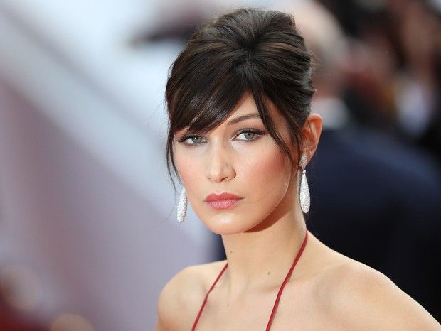 Bella Hadid no tapete vermelho do Festival de Cannes com a faux fringe lateral…