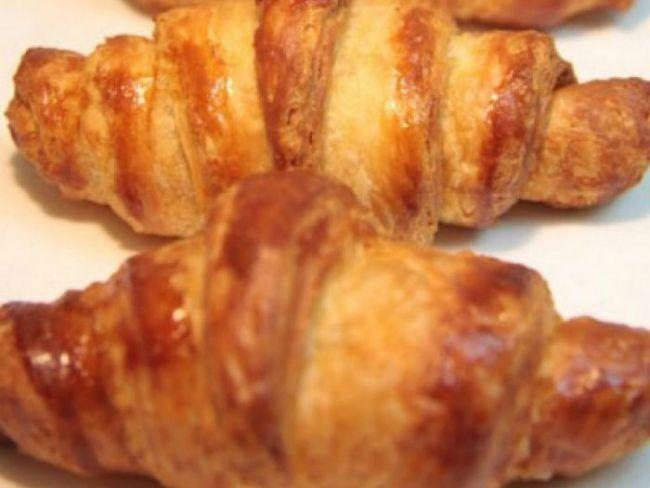 Tέλεια σπιτικά κρουασανάκια βουτύρου σε 4 βήματα! Μπορεί οι περισσότεροι από εμάς να έχουμε μάθει να τρώμε ένα κρουασανάκι βουτύρου από τον φούρνο για πρωινό αλλά ξέρετε πολύ καλά πως σαν το χειροποίητο, σπιτικό φαγητό, δεν