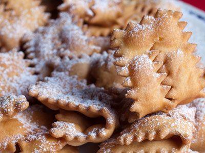 I dolci di Carnevale - Che le chiamiate frappe, chiacchiere, bugie, lattughe, cenci, frappe, crostoli o in qualunque altro modo, questi sono i dolci tipici carnevaleschi per eccellenza. Seguite le nostre indicazioni per la ricetta.