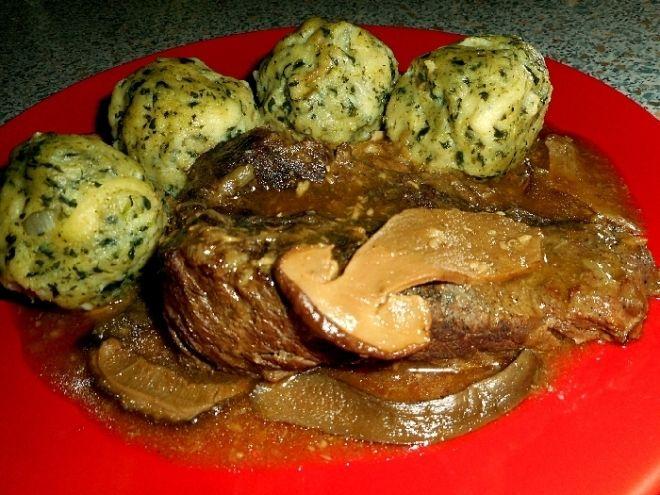 Pečené hovězí maso se špenátovo-bramborovými knedlíčky
