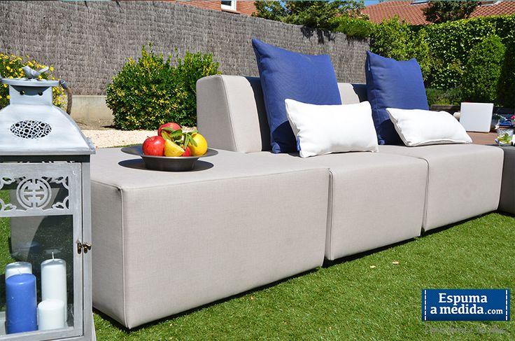 Sofá Modular Trópic: Chill out formado por 2 módulos básicos y 1 puff-mesa todo en polipiel trópic gris. Muebles jardín.