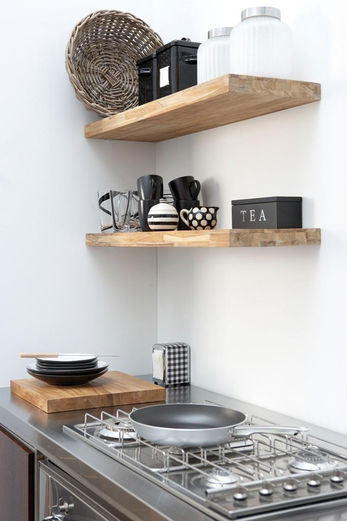 Houten planken in de keuken voor leuke styling ❥