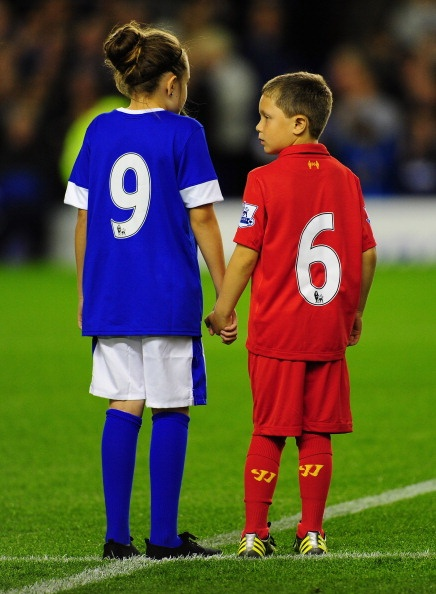 Great gesture from Everton as the match day mascots at Goodison Park pay tribute to the 96 #Hillsborough