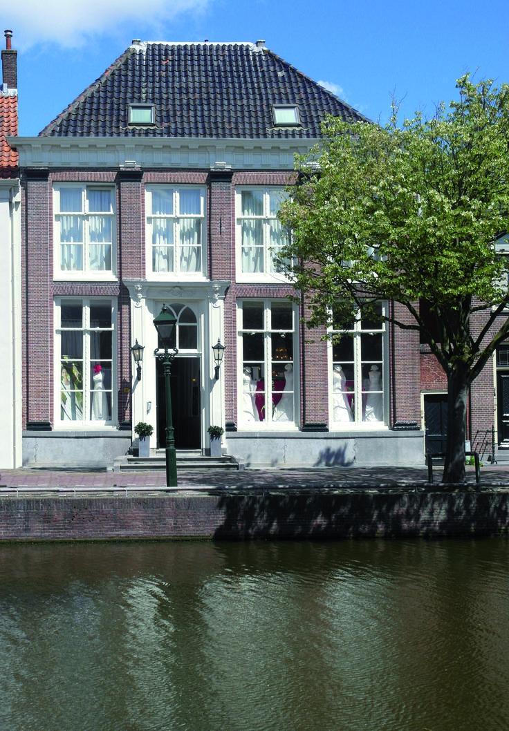 Bruidsmode van Os, Oudegracht 198 in Alkmaar, Noord-Holland