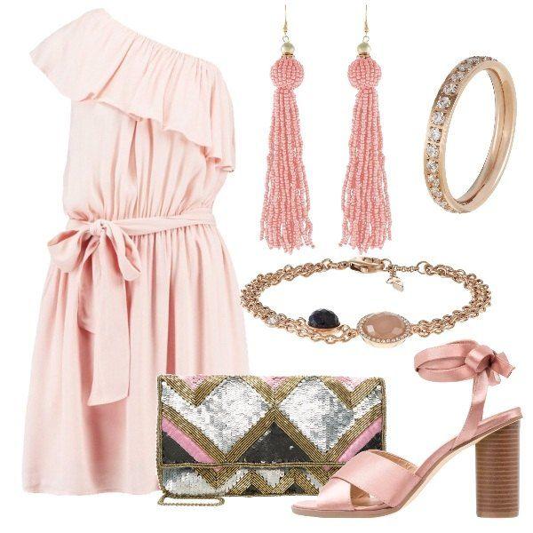 Un tripudio di rosa per questo look da sera. Vestito monospalla con fiocco in vita, orecchini pendenti di perline, sandali in raso da annodare alla caviglia, anello e braccialetto in oro rosa e per dare un leggero stacco la pochette di paillettes.