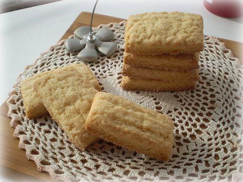 Biscotti di frolla al burro e olio500 g farina 00 150 g zucchero 100 g burro morbido 100 ml olio evo 2 uova intere 1/2 bustina di lievito per dolci buccia di limone grattuggiata