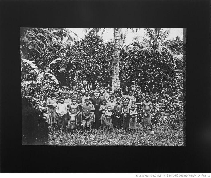 N[ouve]lles Hébrides [sic]. Ecole de Thio. P. Dumussy / [photogr. reprod. par] Molteni, Radiguet & Massiot [pour la conférence donnée par] P.Pionnier