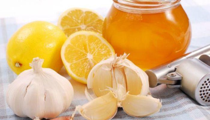 При постоянном применении этой смеси значительно улучшается не только состояние внутренних органов в следствии их очищения, но и внешний вид. Через некоторое время кожа лица и всего тела станет гладкой и шелковистой, улучшится контур лица, цвет и упругость кожи. Улучшится состояние ногтей и волос.       Нам потребуется: - мёд - 1 кг, - лимоны - 4 штуки, - чеснок - 3 головки, - льняное масло - 200 мл.  Приготовление: Очищенный чеснок и лимоны (2 очищенных и 2 с цедрой) измельчить в…