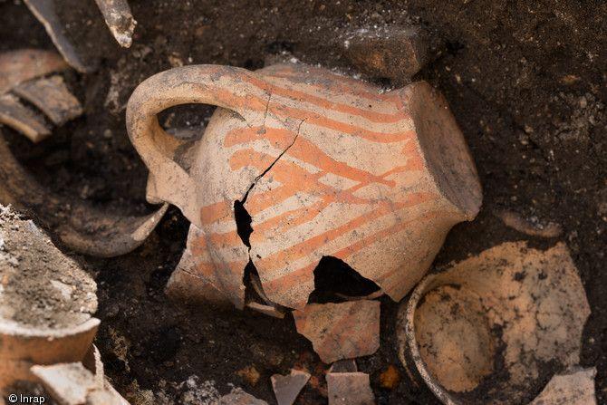 Vases à encens écrasés, en place, dans une sépulture du cloître du prieuré Saint-Éloi (XIIIe-XIVe s.), découverte sur le site de la préfecture de Paris, 2013, 2 rue de Lutèce...