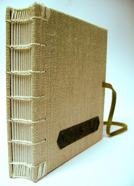 Livro copta com capa em linho by Zoopress studio, via Flickr