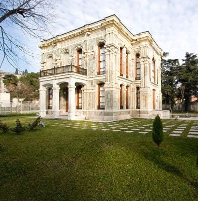 Av köşkü saray müzesi/Kocaeli/// Sultan Abdülaziz döneminde (1861-1876) yapılan saraydır. Kasr-ı Hümayun'un en önemli özelliği İstanbul dışında yapılan tek saray olmasıdır. Mimarı Balyan kardeşlerden Amira Karabat BALYAN'dır.