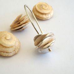 Boucles d'oreilles pendantes en argent, avec disques ondulés avec bille en or 750