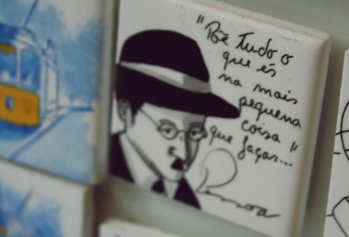 Imã de geladeira com a figura e frase de Fernando Pessoa. Retirado de: http://memorias-de-um-atomo.tumblr.com/post/23184102972