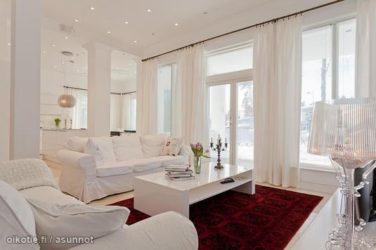 White living room with red carpet / Valkoinen olohuone, jonka keskellä punainen matto