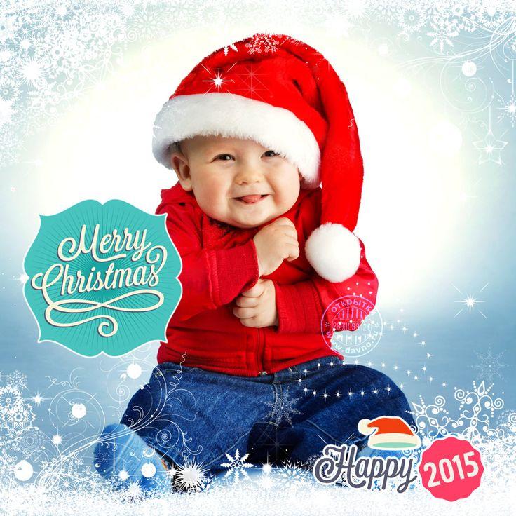 Веселый ребенок в новогоднем красном колпаке