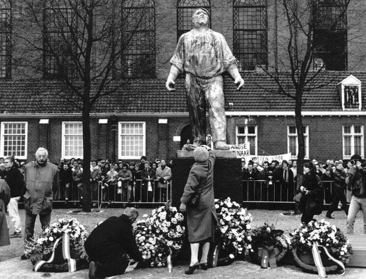 26 februari 1989 - Kransen en bloemen worden zaterdag neergelegd bij het monument van de Dokwerker in Amsterdam, waar de jaarlijkse herdenking van de Februaristaking gehouden wordt. Herdacht wordt hoe de bevolking zich met de februaristaking verzette tegen de wegvoering van de Joodse stad- en landgenoten.