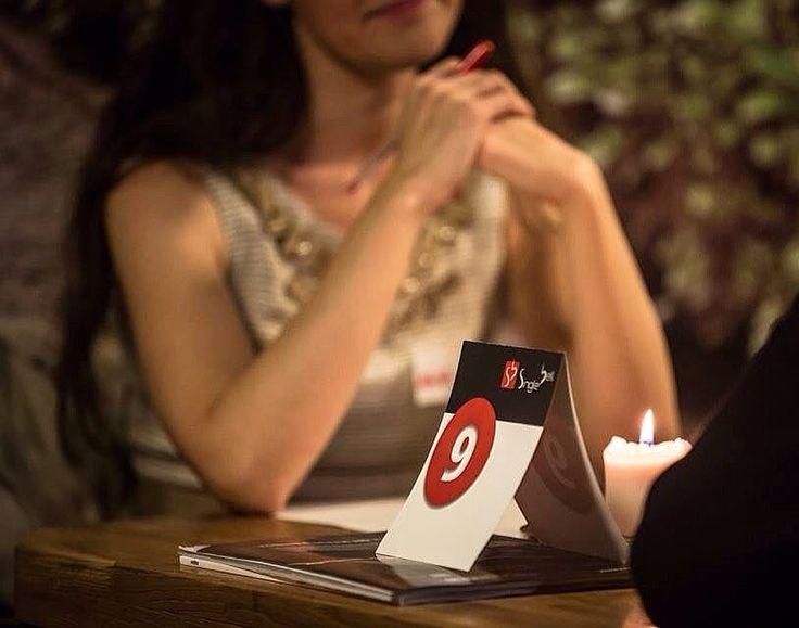"""O seară de speed dating presupune participarea unui număr egal de fete şi băieti(minim 7 maxim 12) grupaţi de către echipa SingleBell în funcţie de câteva criterii de compatibilitate: vârstă studii profesie diverse preferinţe.  Fiecare participant primeşte la sosire un formular pe care îl completează pe parcursul întâlnirilor cu numele celor pe care i-a cunoscut şi o notă de apreciere a compatibilităţii dintre ei. Notele sunt între 1 şi 5 şi spunem că există o """"potrivire"""" atunci când cei doi…"""