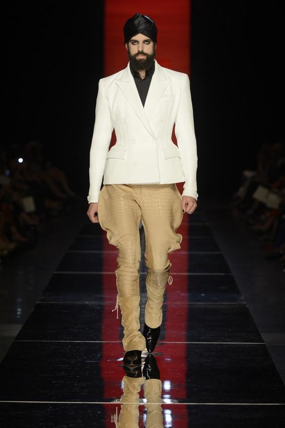 Collection Haute Couture automne-hiver 2012-13  Modèle n°21  Beau : Veste double boutonnage à basque en crêpe piqué blanc. Pantalon Jodhpur en croco et croûte de cuir beige.  www.jeanpaulgaultier.com #JPGaultier #PFW #couture