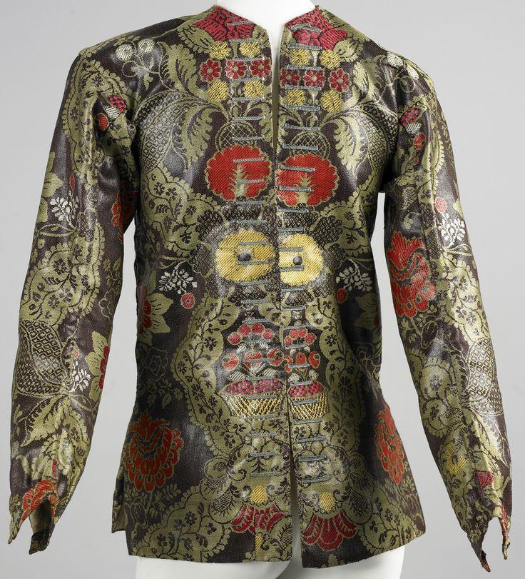Damasten hemdrok met groene, rode en gele bloemmotieven  Bekijk de collectie online van het @ZeeuwsMuseum. Maar bezoek het museum in Middelburg zeker zelf ook: sfeervol, interessant, historisch