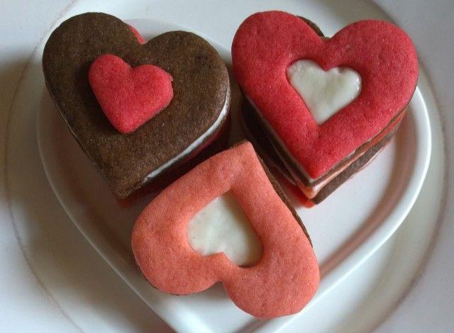 Due biscotti di morbida frolla baciati da un soffice frosting di panna, zucchero e formaggio saranno gli ingredienti per creare il tuodolce pensiero per la persona amata o semplicemente da offrire durante un tea time.