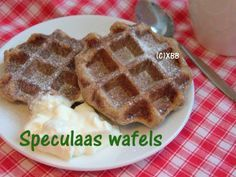Speculaas wafels met slagroom, recept, zelf bakken, diy, 5 december, sinterklaas, wafelijzer, speculaas, warme melk, slagroom, tussendoortje, zoet.