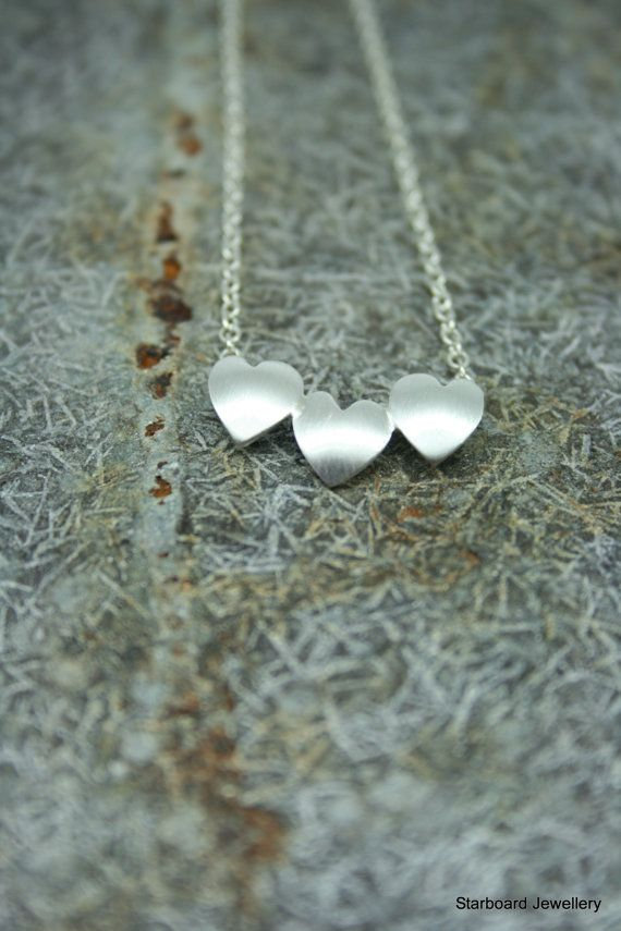 Handgemaakte die drie zilveren hart ketting. door starboardjewellery