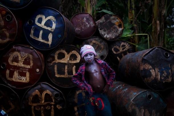 Der Handel mit Diesel prägt viele Orte des Niger-Deltas. Nicht selten helfen Kinder beim Verladen des Kraftstoffs anstatt zur Schule zu gehen.