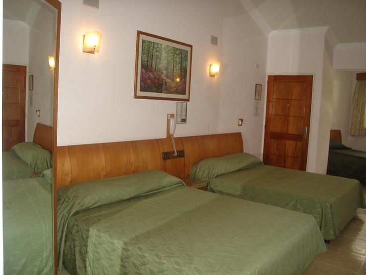 Habitacion familiar Triple, vista a la montaña y la piscina del hotel, posee estacionamiento privado, todos los servicios safe box