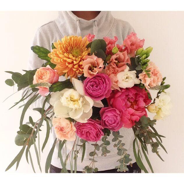 Букет дня из пионов, эустомы, кустовой розы, гвоздики, хризантемы и эвкалипта