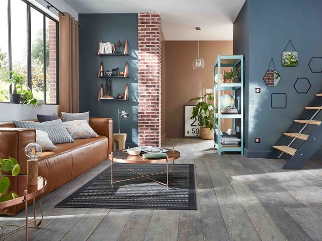 Avec de la peinture grise, donnez à votre salon des allures de loft