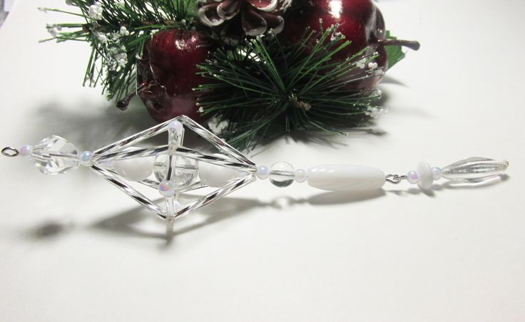 Vánoční ozdoba _ Vřeténko bílostříbrné Vánoční ozdoba . Použity kroucené tyčky , tyčky,bílé perličky,bílé korálky. Délka cca 15cm.Vhodné k zavěšení na stromeček , na větvičku. Krásný dárek :D