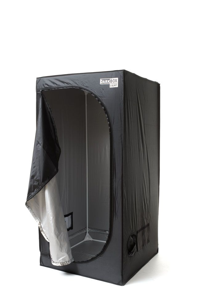Dark Box Light es un armario de cultivo recomendado para jardineros que buscan productos económicos.  En cuanto a su estructura metálica se basa en la del Dark Box convencional pero el tejido es un poliéster con una capa reflectante en su interior.