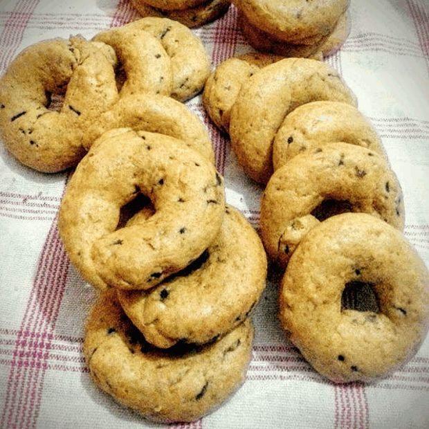 Οικογενειακή νηστίσιμη συνταγή, βγαλμένη από το αρτοποιείο του αγαπημένου μου θείου. Η καρδιά της νηστείας, η Μεγάλη Εβδομάδα σε λίγο ξεκινά και τούτα τα κουλούρια είναι μια καλή λύση για τσιμπολόγημα, ώστε να μείνουμε εγκρατείς.