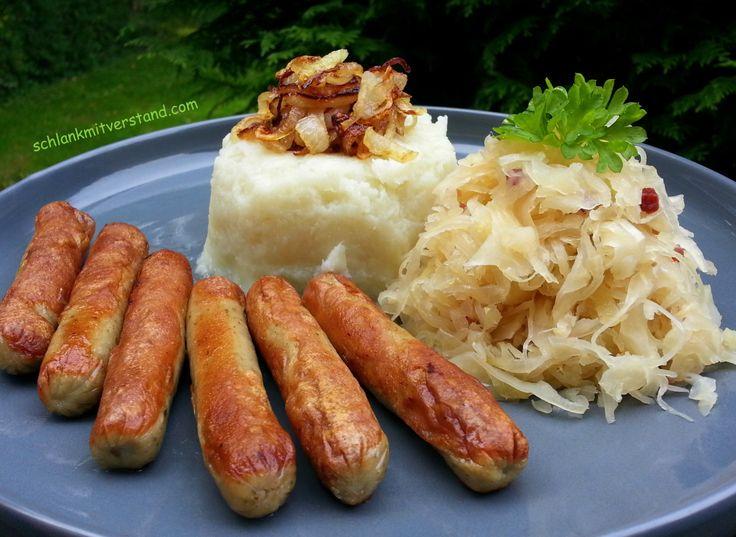 Sauerkraut mit Blumenkohlstampf und Nürnberger Würstchen (low carb) Ein Gericht, das ich noch aus meiner Kindheit kenne. Am besten schmeckt mir das Sauerkraut, wenn esrichtig lange gegart wurde un…