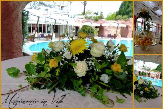 Decorazioni floreali di nozze in piscina