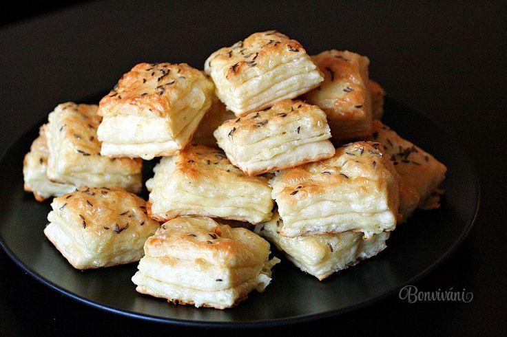 Syrové pagáče sú klasická slovenská delikatesa. Na oslavách bývajú hitom. Dobre sa pri nich popíja vínko a síce majú byť malým, efektným občerstvením, je celkom ťažké nezjesť syrových pagáčov celú misu. Recept sa raz isto hodí každému, pretože niečo tak lahodné a chutné sa nedá neľúbiť :)