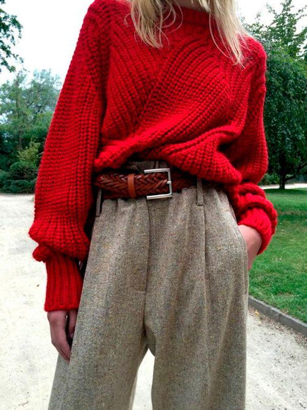 Calça alfaiataria, tricot vermelho, cinto vermelho.