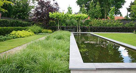 http://www.tuindesign-ten-horn.nl Tuinarchitect - tuinontwerp. Grote moderne achtertuin met grote vijver en sobere functionele voortuin in Noord-Brabant.