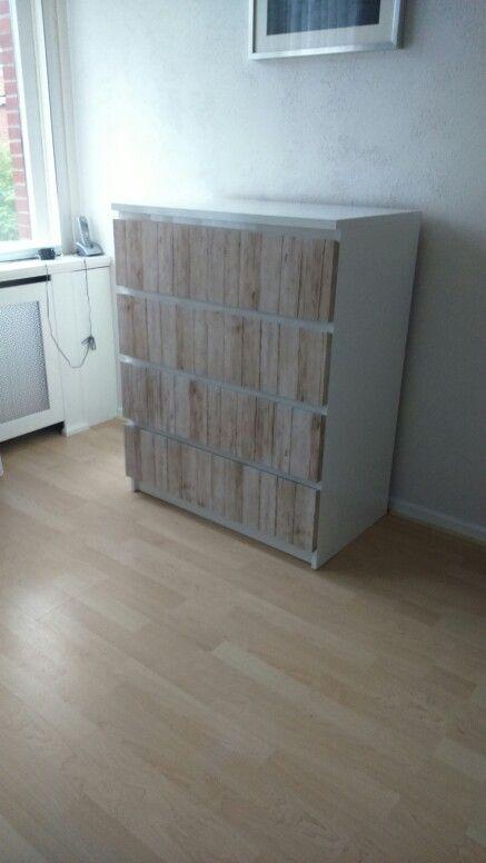 Ikea kast met steigerhout plakfolie en witte hoogglans verf.