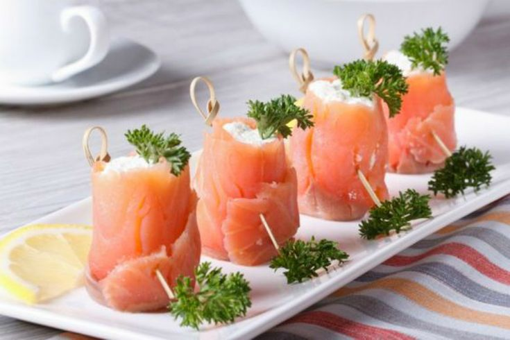 Involtini salmone affumicato e robiola sono un finger food perfetto da servire come antipasto o in un buffet o aperitivo tra amici.