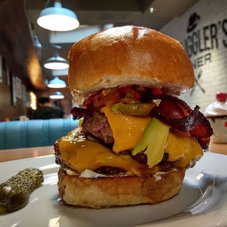 Monstrous Double Mexican Burger with extra bacon! Времето е Mui Caliente за сезона и нещо подобно ще пасне перфектно на обедната ви почивка!