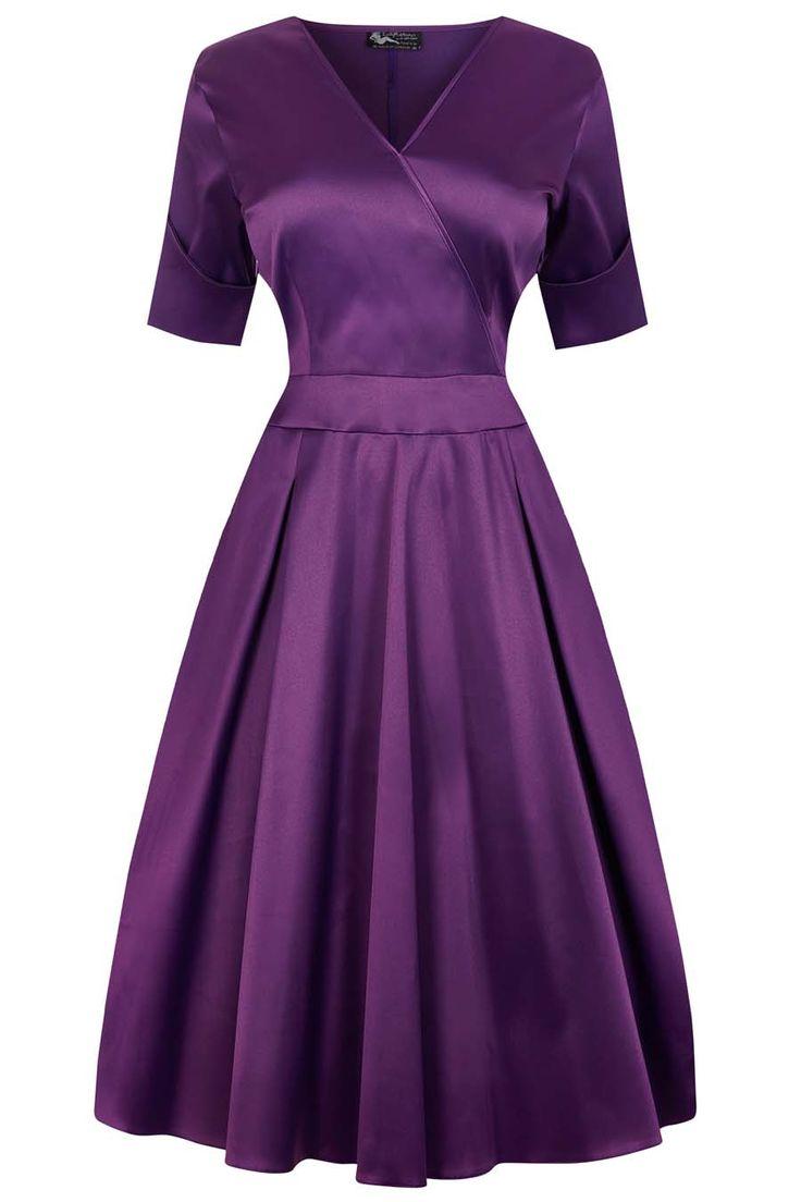 Fialové saténové šaty Lady V London Estella Nádherné šaty pro dámy plus size z londýnské módní dílny. Díky materiálu podobnému saténu jsou vhodné na společenské události, do tanečních kurzů, do divadla, na promoce. Výrazná fialová barva, příjemný lehce pružný materiál (60% polyester, 38% bavlna, 2% elastan).Výstřih do V (napevno šitý, neotvírá se), krátký rukáv s ohrnutou manžetou, rozšířená sukně s pravidelnými sklady, pas projmutý, zapínání na krytý zip v bočním švu. Pro bohatší objem…