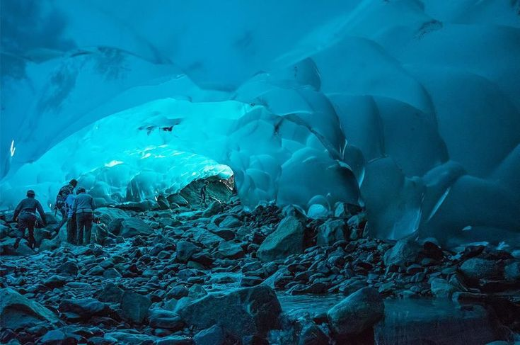 Caverna de gelo da Mendenhall Glacier perto da Juneau, Alasca