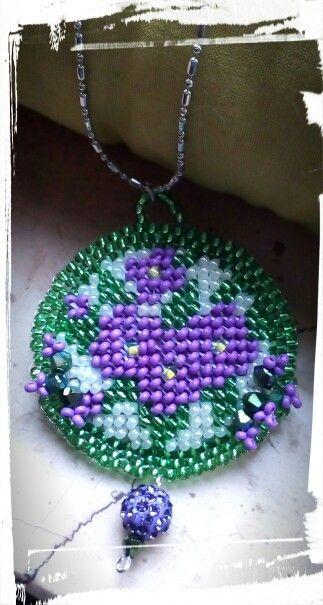 Medaglione ricamato di perline fiori viola, verde e bianco