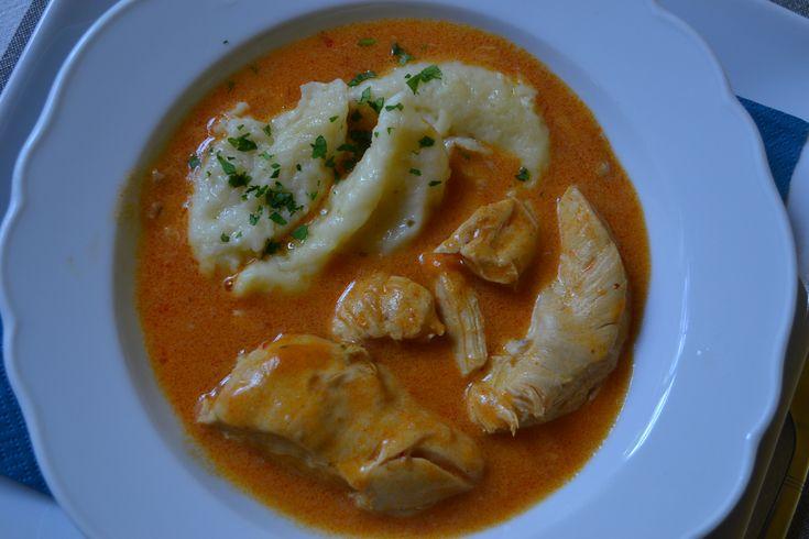 Das Paprikahendl gehört zur österreichisch ungarischen Küche wie das Riesenrad zu Wien. Es stammt zwar auch aus dem pannonischen Raum hat aber mit Gulasch nix zu tun.
